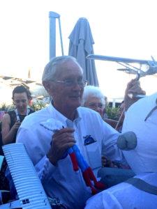 L'astronaute Charlie Duke se voit offert la peluche de la mascotte Aleo lors du Salon International de l'Aéronautique et de l'Espace du Bourget
