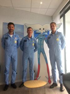 Les pilotes de la Patrouille de France posant avec Aleo la mascotte Salon International de l'Aéronautique et de l'Espace du Bourget