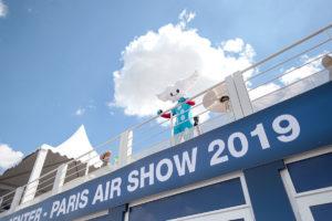 La mascotte Aleo du Salon International de l'Aéronautique et de l'Espace, installée sur le media center