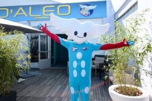 Aleo les bras ouverts devant la maison de la mascotte au Salon International de l'Aéronautique et de l'Espace