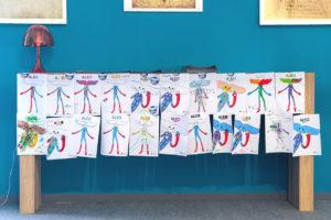 Plusieurs dessins colorés de la mascotte Aleo lors du Salon International de l'Aéronautique et de l'Espace