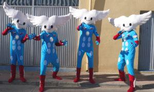 Quatre comédiens portant le de la mascotte Aleo pour le Salon International de l'Aéronautique et de l'Espace