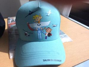 Casquette avec une illustration de la mascotte Aleo pour le Salon International de l'Aéronautique et de l'Espace